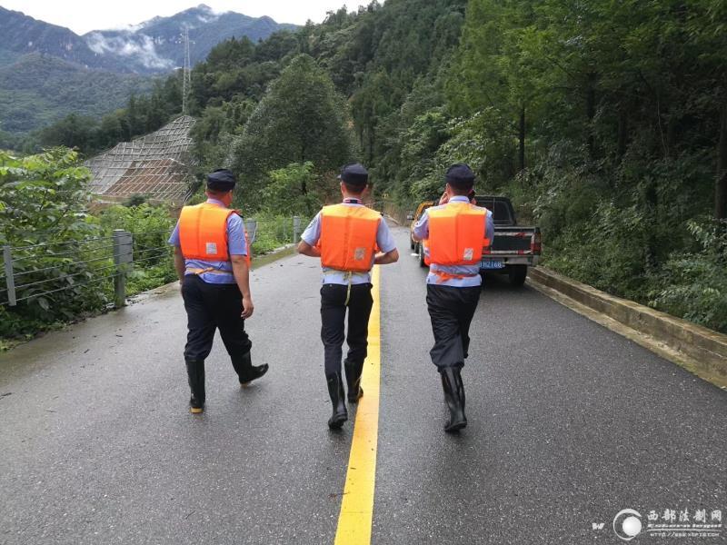 四川江油养马峡受暴雨部分群众被困,民警徒步一小时安全转移群众30余人