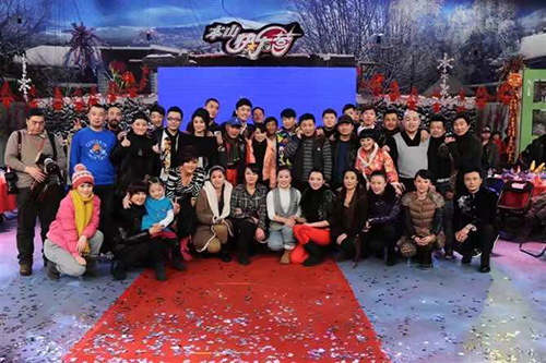 導演,畫家王興君擔任舞美總監與趙本山弟子們在黑龍江本山快樂營工作合影影