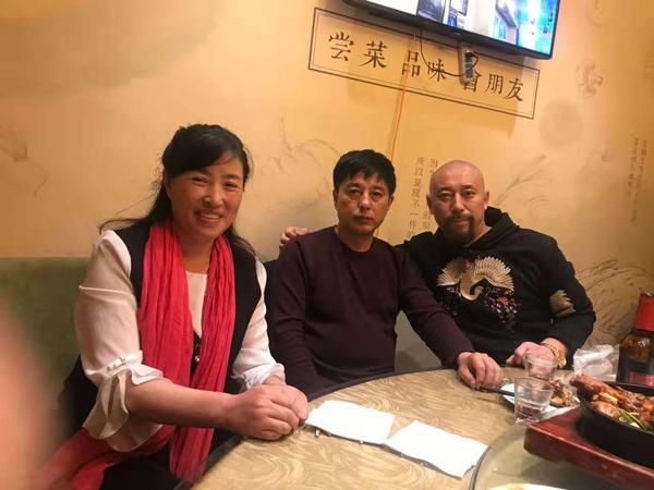左边王桂英,中间画桃名家宿万盛老师,右边王兴君导演书画家