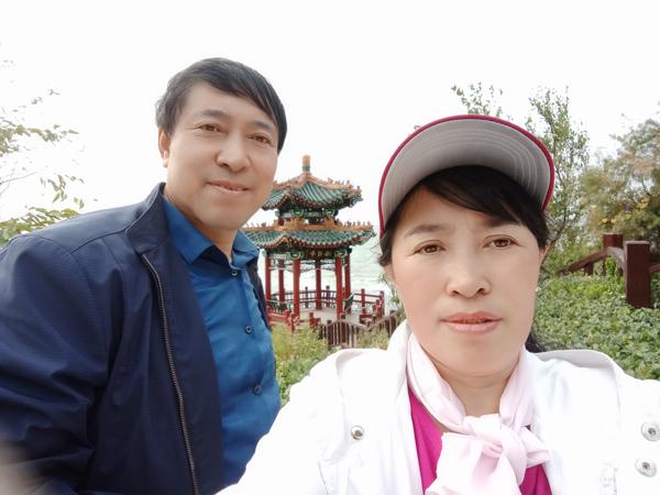 王桂英与画家王喜堂合影