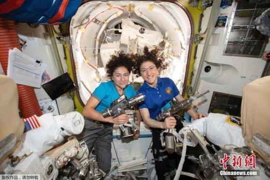 执行任务不忘自拍!NASA公布宇航员与地球合影(图)