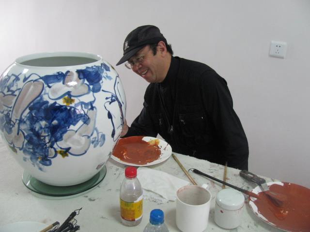 艺术家华奎在公司画陶瓷.JPG