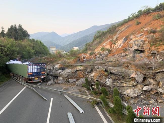 武深高速炎汝段发生大面积塌方 导致双向交通中断