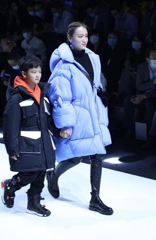 叶一茜带儿子小亮仔出席上海时装周