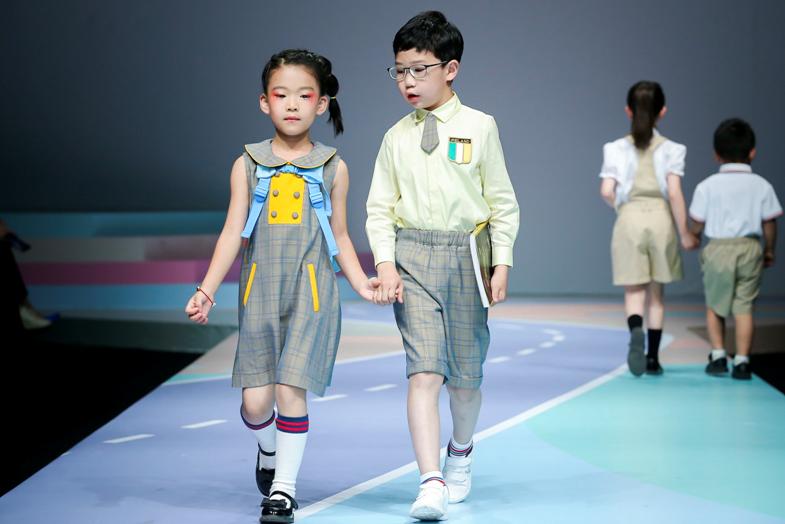 学生装也时尚——COTTON USA联手刘薇亮相中国国际时装周